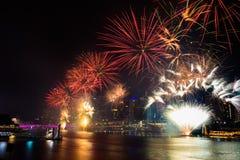 BRISBANE, AUSTRÁLIA, O 31 DE DEZEMBRO DE 2016: Fogos-de-artifício do ano novo em Southban Fotografia de Stock Royalty Free
