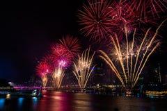 BRISBANE, AUSTRÁLIA, O 31 DE DEZEMBRO DE 2016: Fogos-de-artifício do ano novo sobre a noite Fotografia de Stock Royalty Free