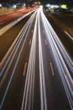 Brisbane, Austrália - quarta-feira 12, 2014: Passagem superior que olha na estrada pacífica - M1 com os carros que viajam na noit Imagens de Stock