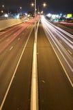 Brisbane, Austrália - quarta-feira 12, 2014: Passagem superior que olha na estrada pacífica - M1 com os carros que viajam na noit Imagens de Stock Royalty Free