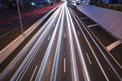 Brisbane, Austrália - quarta-feira 12, 2014: Passagem superior que olha na estrada pacífica - M1 com os carros que viajam na noit Imagem de Stock