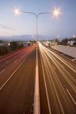 Brisbane, Austrália - quarta-feira 12, 2014: Passagem superior que olha na estrada pacífica - M1 com os carros que viajam na noit Fotos de Stock