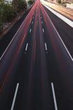 Brisbane, Austrália - quarta-feira 12, 2014: Passagem superior que olha na estrada pacífica - M1 com os carros que viajam na noit Fotografia de Stock