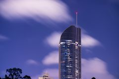 Brisbane, Austrália - sábado 25 de novembro de 2017: Vista de arranha-céus da cidade de Brisbane na noite com nuvens Foto de Stock Royalty Free