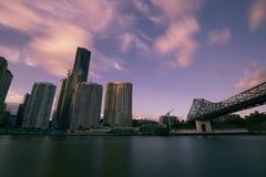 Brisbane, Australië - Zaterdag 16 December, 2017: Mening van de stadswolkenkrabbers van Brisbane en de rivier van Brisbane op Zat Royalty-vrije Stock Foto