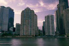 Brisbane, Australië - Zaterdag 16 December, 2017: Mening van de stadswolkenkrabbers van Brisbane en de rivier van Brisbane op Zat Stock Afbeelding