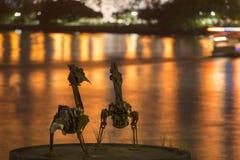 Brisbane, Australia - 23 aprile 2016: Una vista di due sculture del pellicano del metallo e fiumi di Brisbane sul ventitreesimi d Fotografia Stock