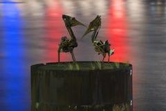 Brisbane, Australia - 23 de abril de 2016: Vista de dos esculturas del pelícano del metal y ríos de Brisbane en los 23ro de abril Fotografía de archivo