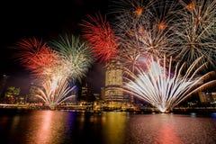 BRISBANE, AUSTRALIA, EL 23 DE DICIEMBRE DE 2016: Fuegos artificiales coloridos durante noche Fotografía de archivo