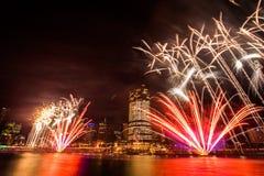 BRISBANE, AUSTRALIA, EL 23 DE DICIEMBRE DE 2016: Fuegos artificiales coloridos durante noche Imagen de archivo libre de regalías