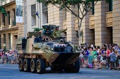BRISBANE AUSTRALIA, KWIECIEŃ, - 25 2014: Żołnierz w zbiorniku dumnie macha przy tłumami w Brisbane Anzac dnia rocznej paradzie obrazy stock