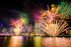 BRISBANE, AUSTRALIE, LE 23 DÉCEMBRE 2016 : Feux d'artifice colorés au-dessus de nuit Images stock