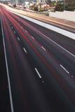 Brisbane, Australie - mercredi 12, 2014 : Passage supérieur regardant sur l'autoroute Pacifique - M1 avec des voitures voyageant  Image stock