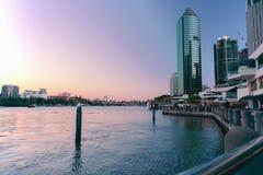 Brisbane, Australien 19. August 2017 - Ansicht des riverwalk und des Eagle Street Piers entlang dem Brisbane-Fluss an der Dämmeru Lizenzfreie Stockfotos