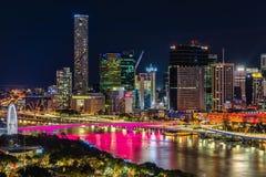 BRISBANE AUSTRALIEN - Augusti 05 2017: Areal bild för nattetid av Arkivfoto