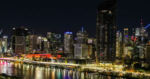 BRISBANE AUSTRALIEN - Augusti 05 2017: Areal sikt för nattetid av Brisbane CBD stock video