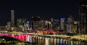 BRISBANE AUSTRALIEN - Augusti 05 2017: Areal sikt för nattetid av Brisbane CBD arkivfilmer