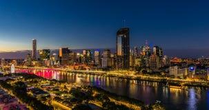 BRISBANE AUSTRALIEN - Augusti 05 2017: Areal timelapse för nattetid av Brisbane CBD arkivfilmer