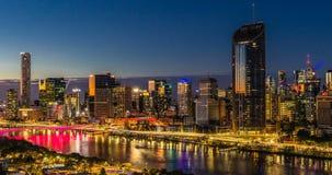 BRISBANE AUSTRALIEN - Augusti 05 2017: Areal timelapse för nattetid av Brisbane CBD lager videofilmer