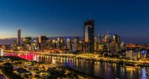 BRISBANE AUSTRALIEN - Augusti 05 2017: Areal timelapse för nattetid av Brisbane CBD stock video
