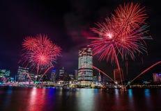 BRISBANE AUSTRALIEN, DEC 23 2016: Färgrika fyrverkerier över natt Royaltyfria Bilder