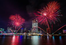 BRISBANE, AUSTRALIEN, AM 23. DEZEMBER 2016: Bunte Feuerwerke in Nacht Lizenzfreie Stockbilder