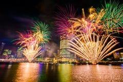 BRISBANE, AUSTRALIEN, AM 23. DEZEMBER 2016: Bunte Feuerwerke in Nacht Stockbilder