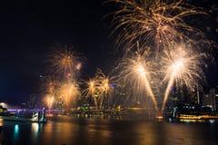 BRISBANE, AUSTRALIEN, AM 31. DEZEMBER 2016: Feuerwerke des neuen Jahres in Nacht Stockbild