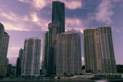 Brisbane Australien - lördag 16th December, 2017: Sikt av Brisbane stadsskyskrapor och den Brisbane floden på lördag 16th Arkivbilder
