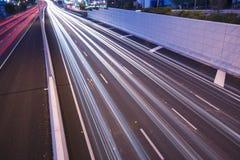 Brisbane Australien - onsdag 12th, 2014: Planskild korsning som ser på den Stillahavs- motorwayen - M1 med bilar som reser på nat royaltyfri fotografi