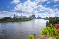 Brisbane Australien - 26th September, 2014: Sikt från kängurupunkt som förbiser den Brisbane staden och floden under dagen Royaltyfri Fotografi