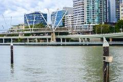 Brisbane Australien - tisdag 23rd Juni, 2015: Sikt av den Kurilpa bron och den Brisbane staden i dagen från Southbank på tisdag Arkivbild