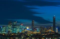 Brisbane en la noche imagenes de archivo