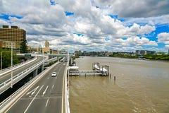 Brisbane flod och huvudväg Arkivfoto