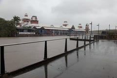 Brisbane-Fluss und überschwemmter Frühstück-Nebenfluss-Kai Lizenzfreie Stockfotografie