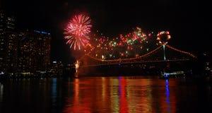 Brisbane fyrverkerier överbryggar på över floden Arkivbilder