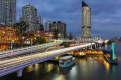 Brisbane miasta ruch drogowy przy półmrokiem obrazy stock