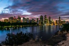 Brisbane på natten från kängurupunktklippor Royaltyfria Foton