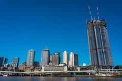 Brisbane pejzaż miejski z Pacyficzną autostradą Expresswa i brzeg rzeki fotografia stock