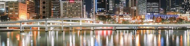 BRISBANE, QUEENSLAND, AUSTRALIA - 18 de agosto de 2018: Rascacielos, río y autopista sin peaje de la ciudad de Brisbane en la noc Fotografía de archivo
