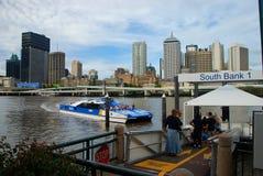 Brisbane rzeka przy południe bankiem i miasto Brisbane, Queensland, Australia Zdjęcia Royalty Free