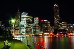 Brisbane stad vid vatten för reflexioner för nattbrisbane flod rött grönt färgglat och nightscapeplatsen Fotografering för Bildbyråer