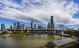 Brisbane stadshorisont med berättelsebron Royaltyfri Bild