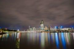 Brisbane stadshorisont tänder över floden på natten från södra lodisar Arkivbilder
