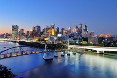 Brisbane-Stadt an der Dämmerung lizenzfreies stockfoto