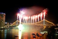 Brisbane-Stadt-Geschoss-Brücke Riverfire-Feuerwerke Stockfotos