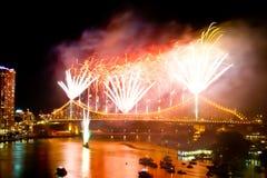 Brisbane-Stadt-Geschoss-Brücke Riverfire-Feuerwerke Stockbild