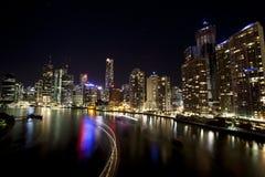 Brisbane-Stadt mit hellen Streifen des Bootes Stockfoto