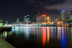 Brisbane-Stadt nachts - Queensland - Australien Stockfotos