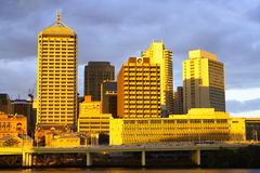 Brisbane-Stadt-Sonnenuntergang lizenzfreie stockfotografie